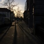 16:02 Uhr: Heimweg vom Supermarkt. Die Sonne blendet angenehm.
