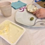 18:39 Uhr: Die Kinder schmieren sich ihre Brote mittlerweile meistens selber. (Erdnussmus ist alle)